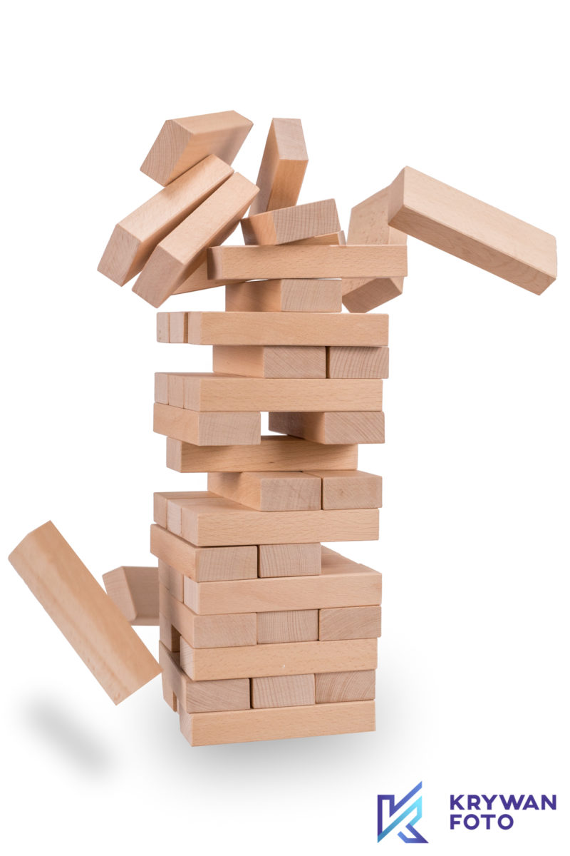 Jenga, klocki, wieża, spadające klocki, zdjęcie spadających klocków, chwiejąca wieża, gra towarzyska